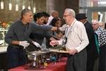Video: Tổng thống Obama đích thân múc đồ ăn phục vụ cựu binh Mỹ