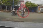 Xe máy từ ngõ lao ra như tên bắn gây tai nạn thảm khốc
