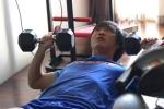 Tuấn Anh không thể tập nặng với các động tác vận động cần sử dụng đầu gối. Bởi vậy, anh tập tạ hàng ngày để duy trì thể lực. Ảnh: Tùng Lê.