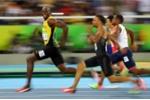 Khoảnh khắc 'tia chớp' Usain Bolt vừa chạy vừa mỉm cười ngoái nhìn đối thủ