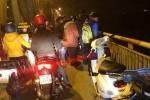 CSGT chạy bộ lên cầu Chương Dương cứu người tự tử trong đêm