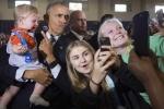 Ảnh ấn tượng trong tuần: Bé trai 10 tháng tuổi khóc thét khi được Obama bế chụp ảnh cùng
