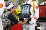 Ảnh: Phút 'xé lòng' người thân tiễn biệt 3 phi công về với đất mẹ