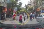 Clip: Được tài xế ôtô nhường đường, cô gái đi bộ vẫy tay cảm ơn