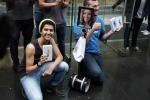 Cận cảnh rô bốt xếp hàng thay người đợi mua iPhone 6S/ 6S Plus