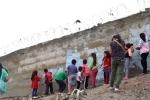 'Bức tường xấu hổ' chia cách giàu - nghèo gây phẫn nộ ở Peru