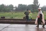 Nam thanh niên lao vào tàu hỏa tự tử trước mặt cha mẹ