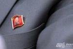 Cận cảnh huy hiệu ông Kim Jong-il trên ngực áo HLV Triều Tiên