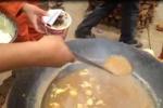Lính Trung Quốc ăn mỳ trộn nước bẩn sau động đất