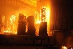 Lửa ngùn ngụt thiêu cháy xưởng gỗ trong đêm