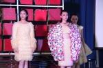 Nữ sinh Văn Lang mặc váy bao cao su