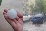 Mưa đá to như trứng gà 'oanh tạc' xe hơi ở Bắc Kinh