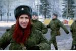 Video: Nữ điệp viên xinh đẹp tập luyện cùng sư đoàn tăng tinh nhuệ của Nga