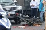 Thanh niên chở thịt heo đâm nát đầu xe hơi rồi vứt xe bỏ trốn