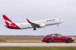 Đua tốc độ ngoạn mục giữa ô tô điện Tesla với Boeing 737