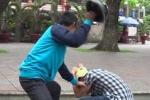 Một bác sĩ trưởng khoa bị hành hung trên phố