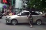 Video: Nữ tài xế dừng xe ô tô giữa ngã tư mua hàng, cả phố kẹt cứng