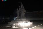 Đổ tượng đài chiến thắng ở Bắc Kạn: Do bé trai đu lên cánh tay bức tượng