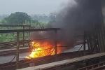 Xe máy bỗng dưng bốc cháy như đuốc giữa cầu Long Biên, chủ xe tháo chạy