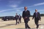 Video: Tổng thống Obama cẩn thận cất nhẫn cưới trước khi chìa tay đón đám đông