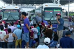 Dân vây trạm thu phí, quốc lộ 1A tắc hàng chục cây số