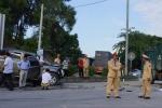Tông vào xe tải nổ lốp giữa đường, 8 người thương vong