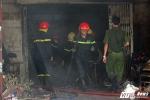 Đục tường giải cứu cụ bà kẹt trong đám cháy lớn