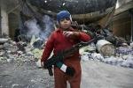 Sốc với clip bé trai 8 tuổi hút thuốc lá, bắn súng AK