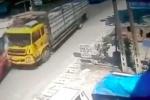Xe tải nổ lốp đâm xe buýt, kính văng tung toé vào hành khách