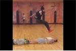 Kinh ngạc với khả năng bật nhảy phi thường của chàng trai