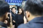 Trường Giang – Nhã Phương 'vất vả' vượt đám đông vào dự tang lễ Minh Thuận