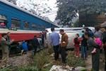 Cố băng qua đường ray, ô tô bị tàu hỏa đâm nát