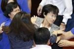Video: Nữ nghị sĩ Đài Loan lao vào 'choảng nhau' dữ dội trong phiên họp