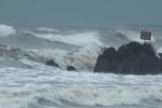 Cứu 8 cán bộ khí tượng thủy văn gặp nạn trên đường vào đất liền tránh bão số 2