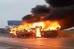 Video: Xe giường nằm bốc cháy dữ dội trên quốc lộ 1A