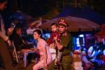 Lễ hội Đền Hùng 2017: Cảnh sát giao thông làm 'lá chắn', bế từng em nhỏ qua đường