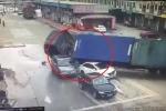 Kinh hãi khoảnh khắc container lật nhào, đè nát 2 ô tô con