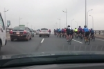 Video: Đoàn xe đạp ngang nhiên đi vào đường cấm, tạt đầu ô tô, giỡn mặt 'tử thần'