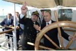 Ngắm Putin lái tàu, Kim Jong-un cưỡi ngựa điêu luyện