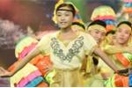 Chị gái cậu bé hát đám cưới Hồ Văn Cường bị chê hát dân ca thiếu cảm xúc