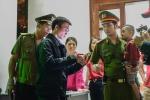 Lễ hội Đền Hùng 2017: Cảnh sát trật tự ôm ấp, vỗ về cậu bé lạc cha mẹ gây xúc động