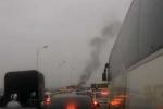 Xe máy cháy trơ khung trên cầu Vĩnh Tuy