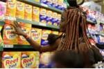 Thiếu nữ bộ lạc thiểu số mặc trang phục truyền thống đi siêu thị