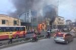 Xưởng sản xuất giấy ở Bắc Ninh bốc cháy ngùn ngụt lan sang nhà dân