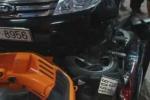 Ôtô Ford đâm gãy đôi xe máy Nouvo và Vespa