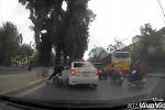Clip: Tạt ẩu, xe máy đâm trúng đuôi taxi, ngã lăn ra đường
