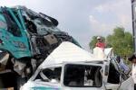 Xe khách lật ngang sau cú va chạm với container, 11 người bị thương