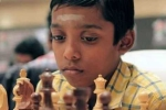 Cậu bé Ấn Độ trở thành kiện tướng cờ vua trẻ nhất thế giới