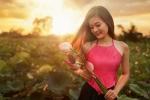 Nữ sinh ĐH Hàng hải diện yếm hồng e ấp bên sen đầu mùa