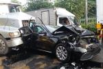 Đang dừng đèn đỏ, ô tô Mercedes bị container tông biến dạng